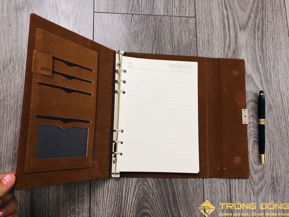 Bên trong vẫn được trang bị thêm các ngăn đựng thẻ và giắt bút