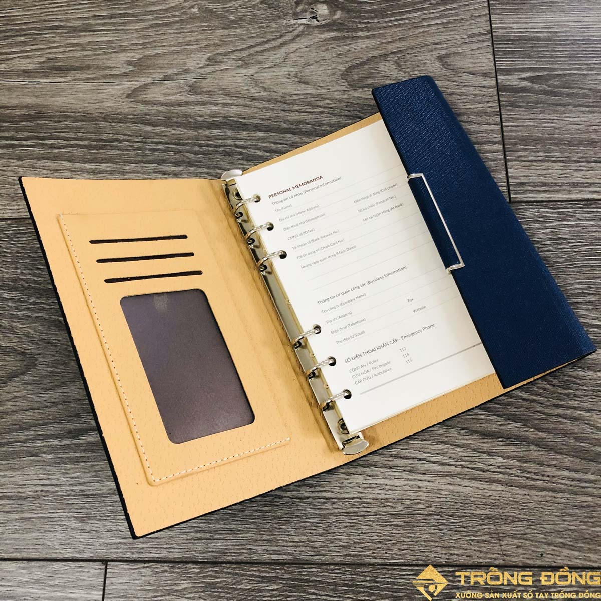 Phần bên trong bìa sổ có các ngăn đựng thẻ, card