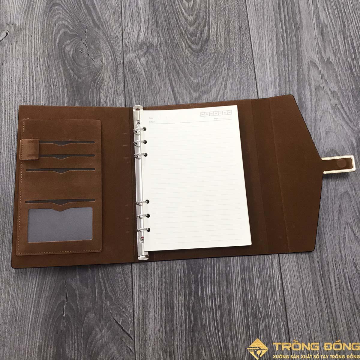 Phần bìa trong và các ngăn đựng thẻ card tiện dụng