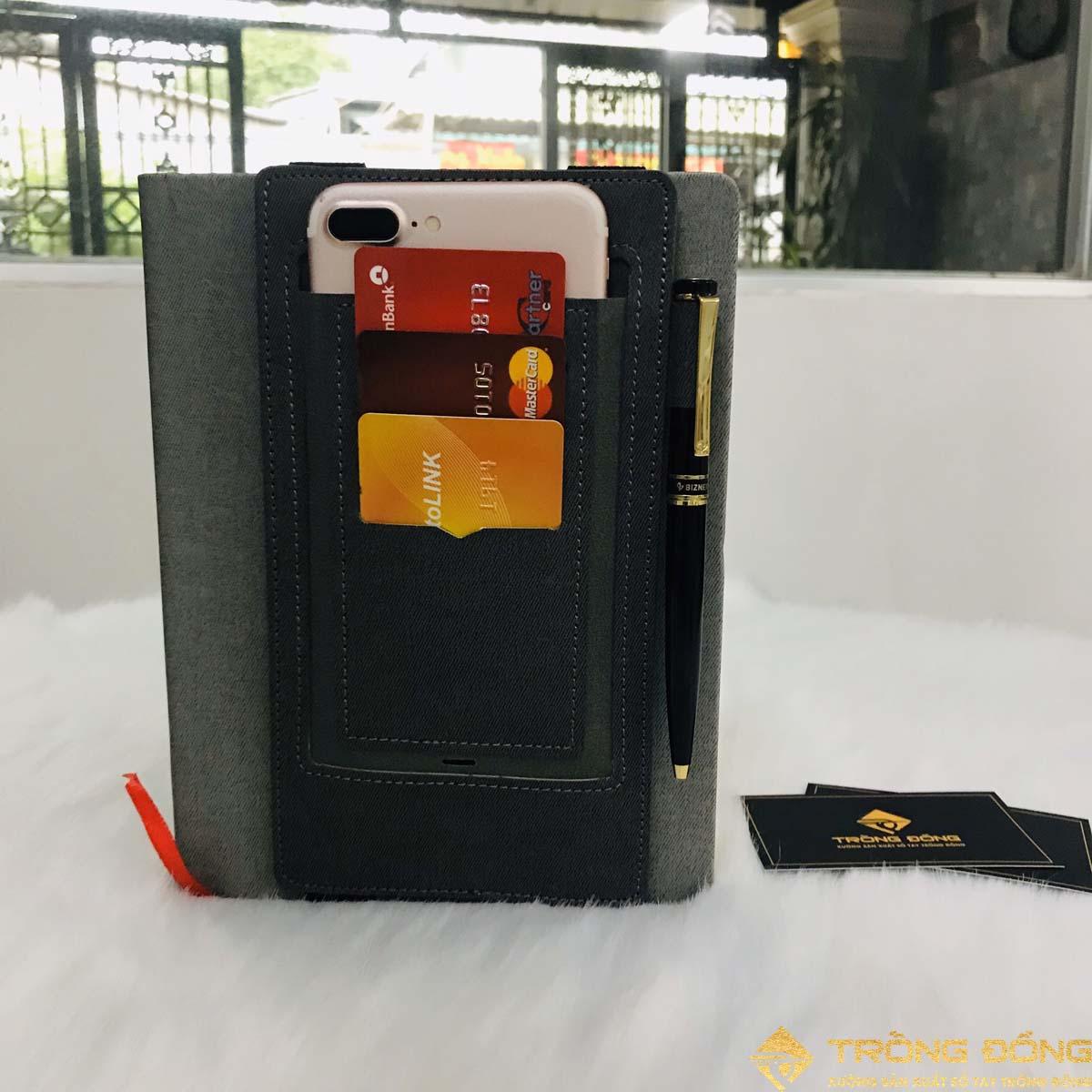 Ngăn đựng chứa thẻ ATM, card visit, điện thoại và bút một cách tiện lợi