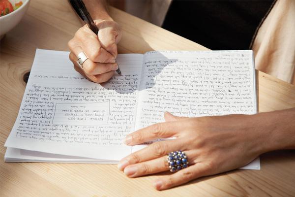 Để ghi chép bạn chỉ cần chuẩn bị một quyển sổ nhỏ và cây bút.