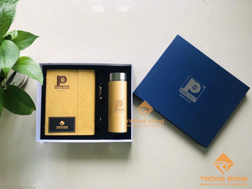 Bộ quà tặng in logo: Giftset sổ tay bìa da kèm bút kim loại và bình giữ nhiệt vỏ tre.