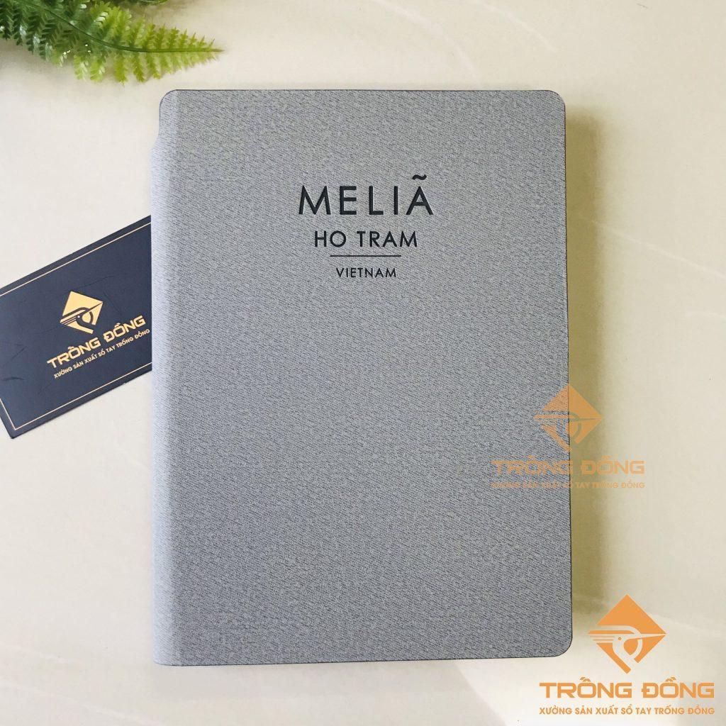 Phần bìa trước của sổ tay dán gáy màu xám ép logo Meliá Ho Tram – 217